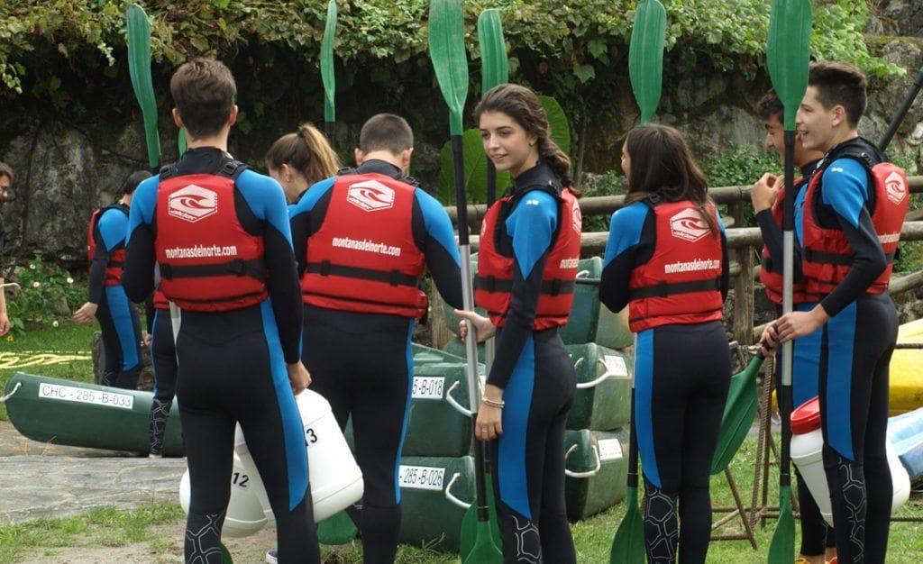 Grupo de amigos preparándose para empezar la aventura del descenso del sella